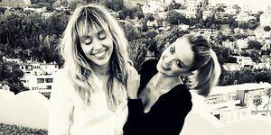 Miley Cyrus y Kaitlynn Carter en el cumpleaños de Kaitlynn