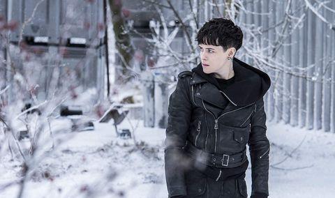 Claire Foy anda sobre la nieve enMillenium: Lo que no te mata te hace más fuerte