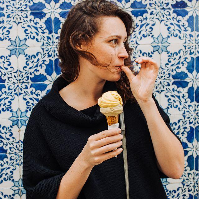 jonge vrouw eet een italiaans ijsje