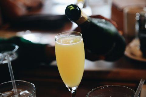 mimosa cocktail wordt ingeschonken