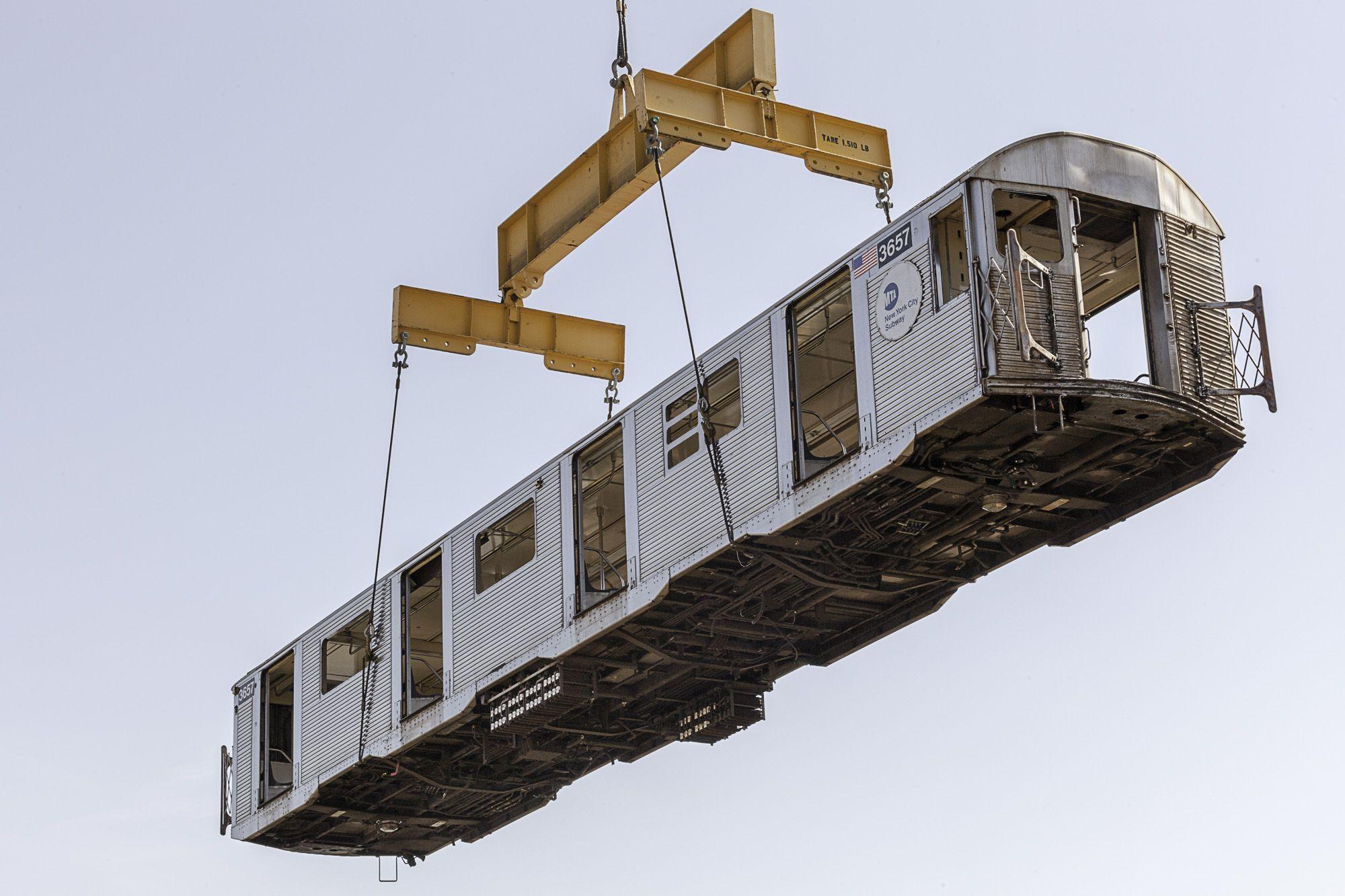 Vecchi vagoni della metro di New York gettati in mare per difendere l'ambiente
