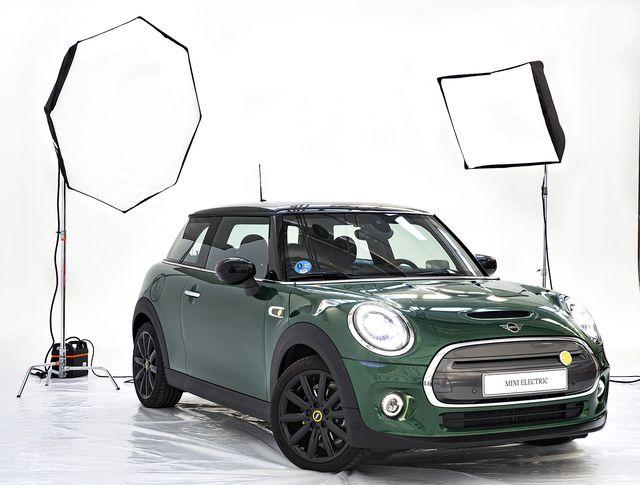 nuevo mini cooper se, 100  eléctrico, de color verde dentro de un plató de estudio fotográfico