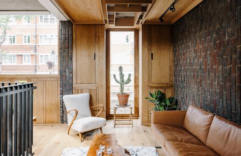 casa construida con ladrillo visto y madera de roble