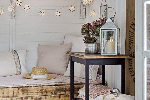 mini casa sofá hecho de madera