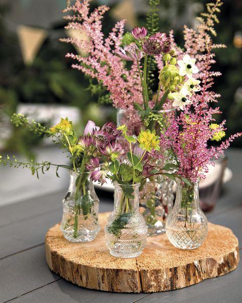 mini jarrones de cristal con flores