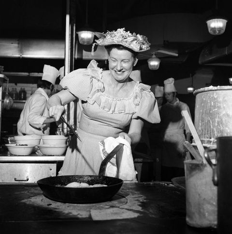Minnie Pearl from America who is both a cabaret star and a successful boss of 100 fried chicken restaurants, but today s