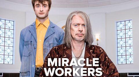 Cartel promocional de 'Miracle Workers', con Daniel Radcliffe y Steve Buscemi