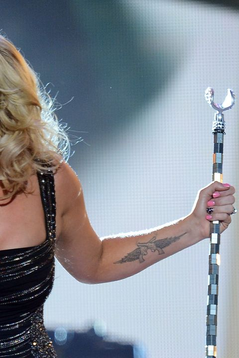 Music artist, Singing, Singer, Performance, Microphone, Blond, Performing arts, Talent show, Pop music, Event,