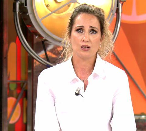 la cantante, con camisa blanca, explica en sálvame el calvario que ha sufrido en su matrimonio