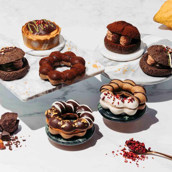 可可色的巧克力波提和法式甜點在白色桌上