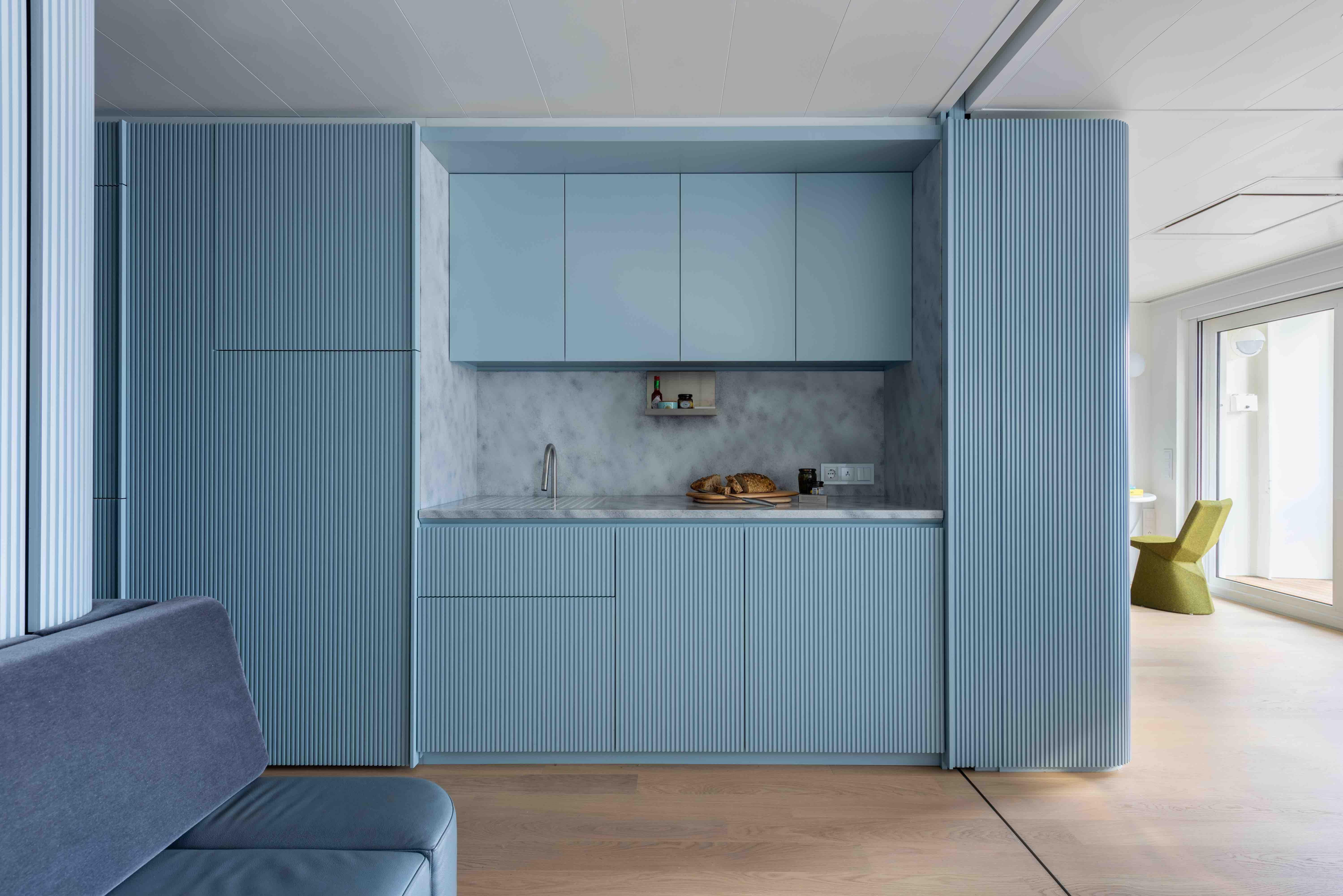 Da mono a bilocale: questa casa pied-à-mer (dentro a una nave) riprende la lezione modernista di Le Corbusier