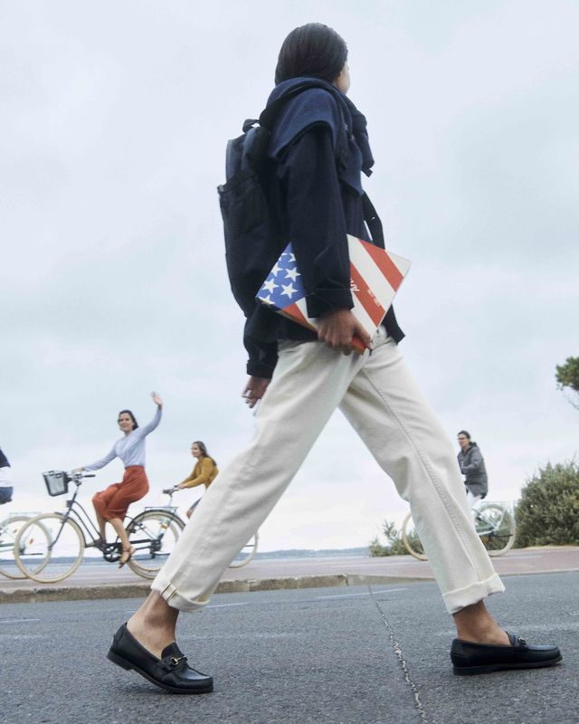 modelo paseando con mocasines de piel
