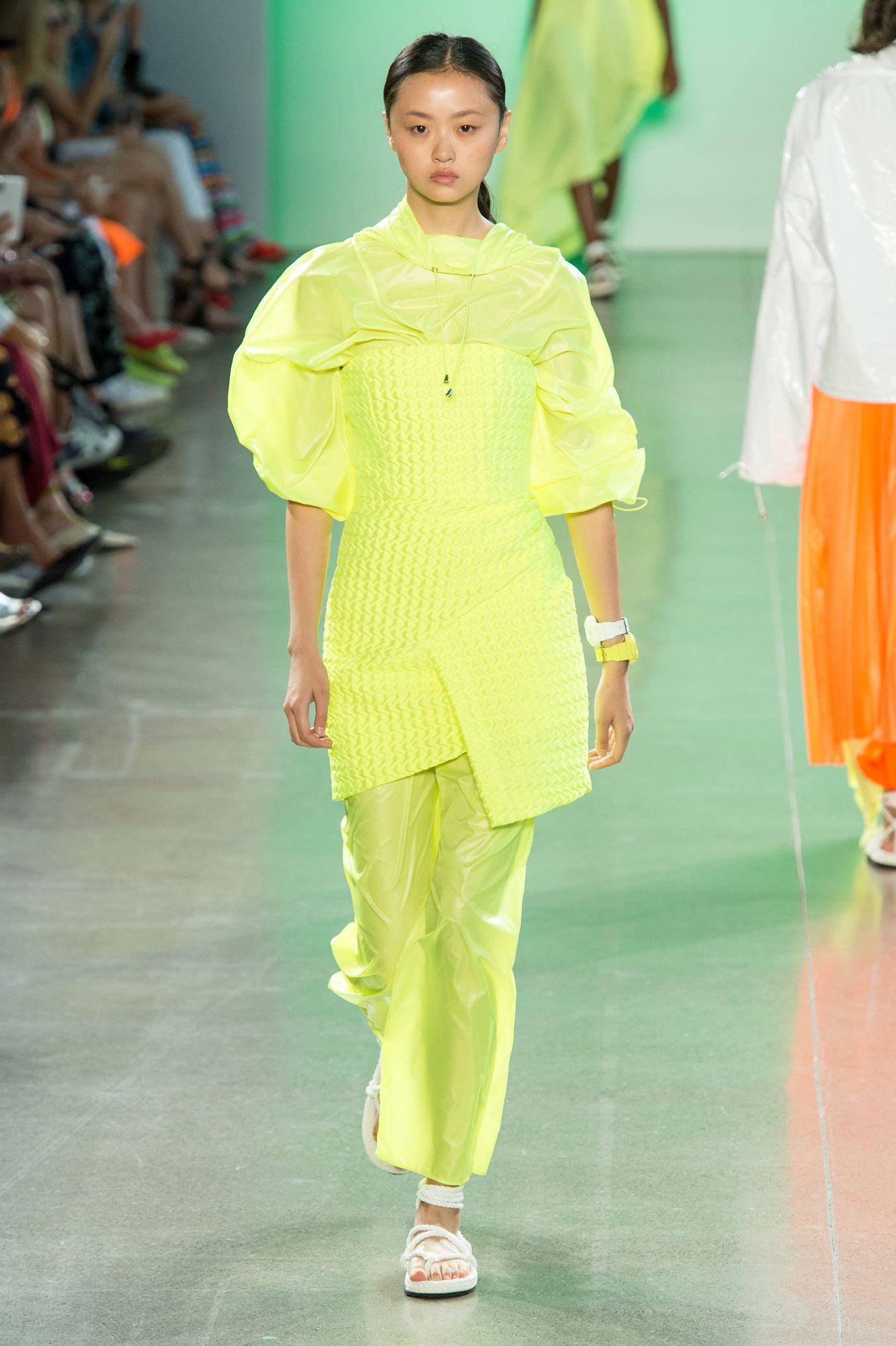 Vestiti e abiti in giallo, è questo il mantra colore per la prossima  primavera estate