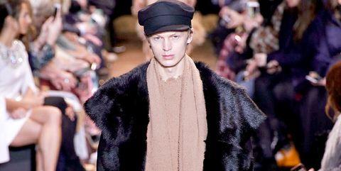 4038a20307 Michael Kors si ispira agli anni 70 per la sua moda uomo 2019