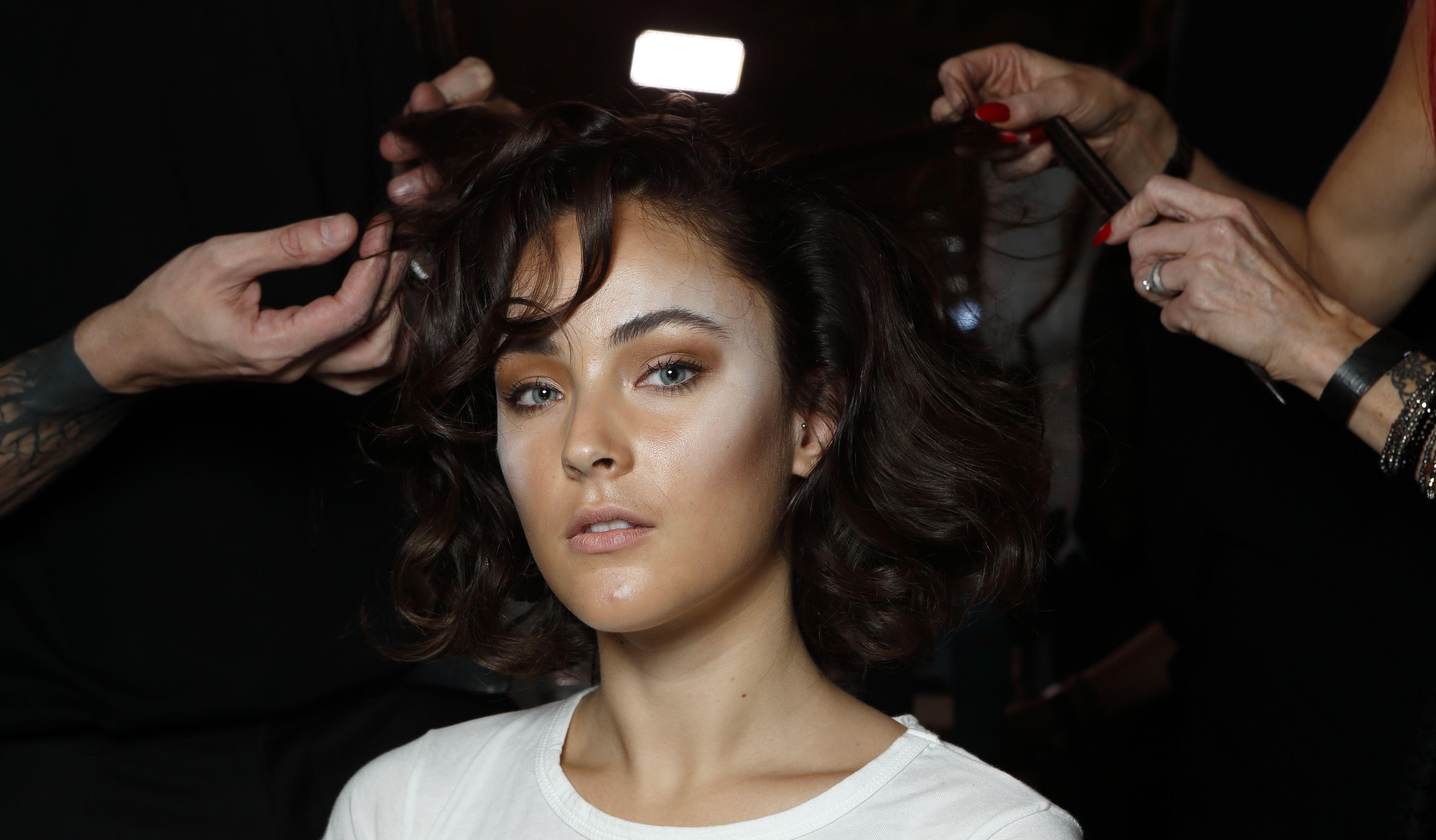 Acné del cuero cabelludo: qué es y cómo tratarlo