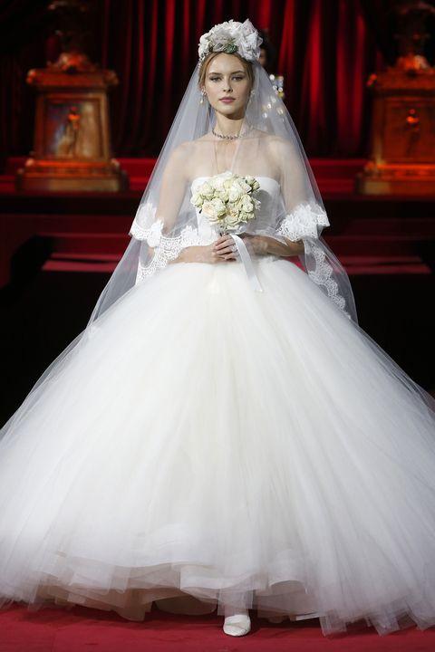 1716183d4277 Corti e da sogno! Gli abiti da sposa di Dolce   Gabbana sono irresistibili.
