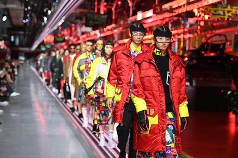 紅黃色的衣服在時尚大秀上