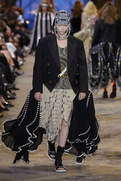lv在羅浮宮內築起華麗時光隧道!louis vuitton 2022春夏女裝系列揉合跨世紀服裝元素打造假面舞會