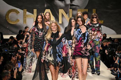 chanel重現80年代秀場魔力!chanel 2022春夏系列以黑白泳裝、粉彩套裝重溫「超模盛世」