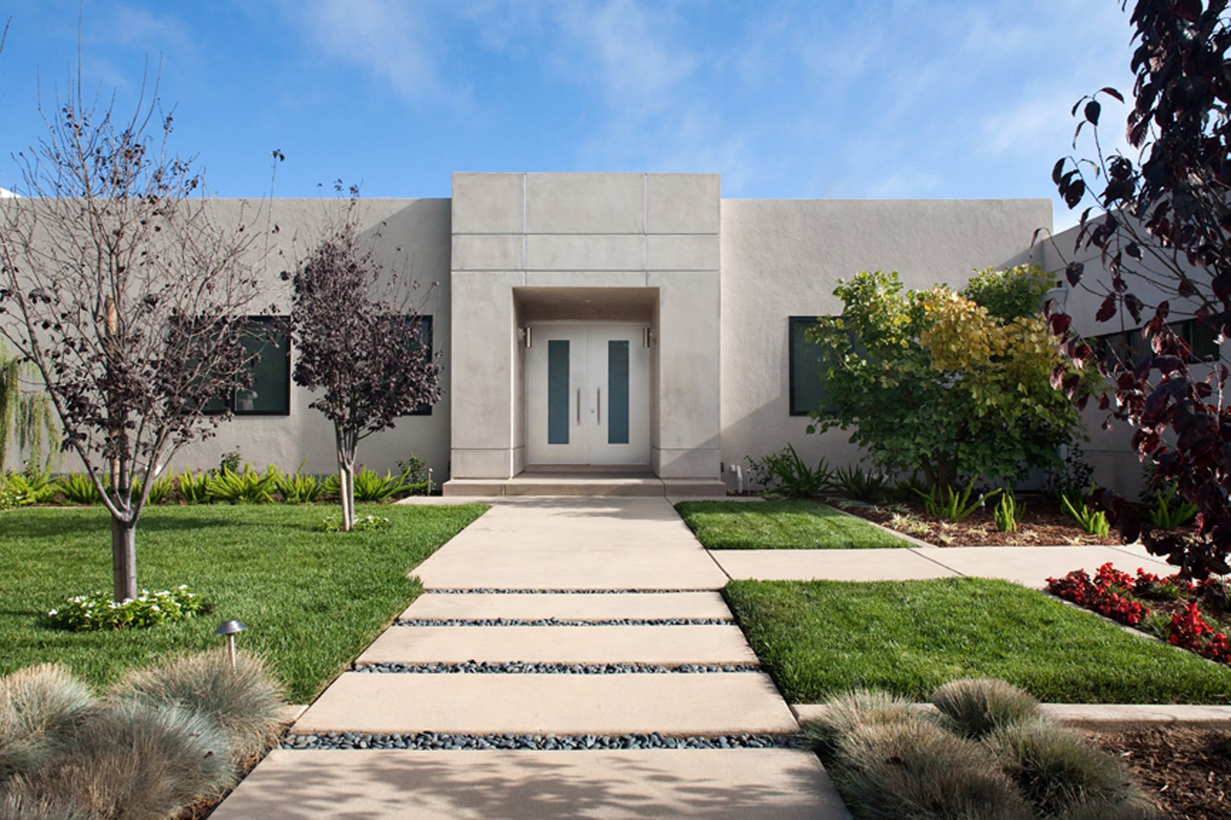 30 stunning modern houses photos of modern exteriors rh elledecor com contemporary design houses pictures contemporary design tiny houses