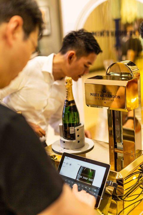 法國精品香檳Moët Impérial打造150週年快閃店!微風南山店推出「香檳瓶身印字機、販售迷你香檳」