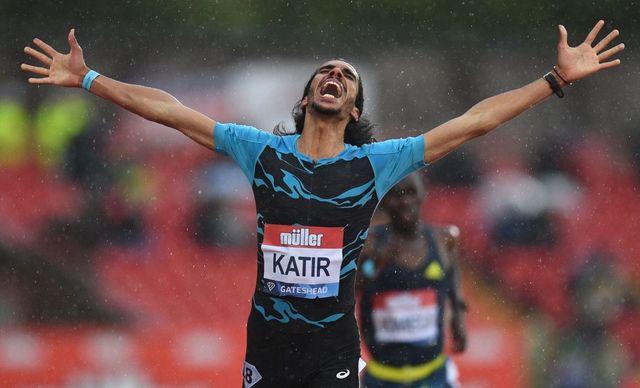 mohamed katir celebra su victoria en los 5000 metros en la prueba de diamong league en gateshead