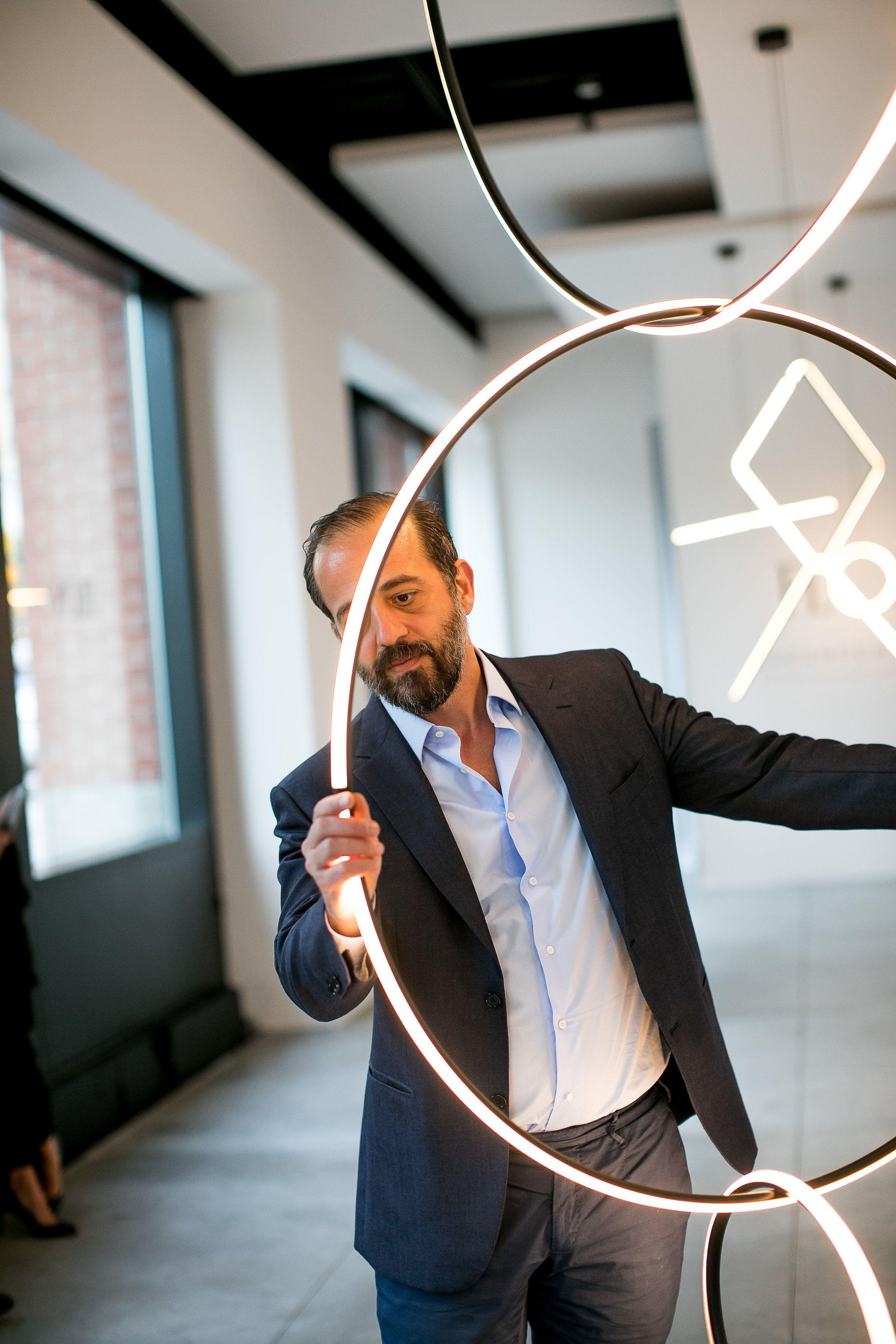 Michael Anastassiades, il designer dell'anno del 2020 che cammina in equilibrio su un filo di luce