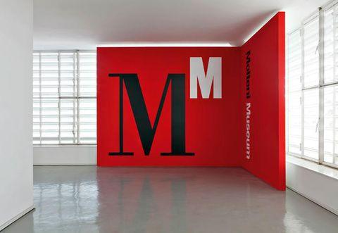 L'INGRESSO DEL MOLTENI MUSEUM. LO SPAZIO, PROGETTATO DA JASPER MORRISON E CON L'IMMAGINE COORDINATA DI STUDIO CERRI & ASSOCIATI, RIPERCORRE STORIA, INNOVAZIONE, RICERCA E QUALITÀ DELLE QUATTRO AZIENDE DEL GRUPPO