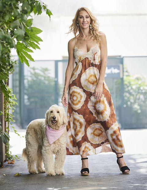 la actriz, con un vestido de tirantes con ti dye, posa con su mascota para diez minutos