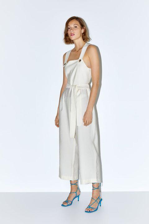 011e8c5fe Este mono largo blanco de Zara tiene la espalda descubierta y ...