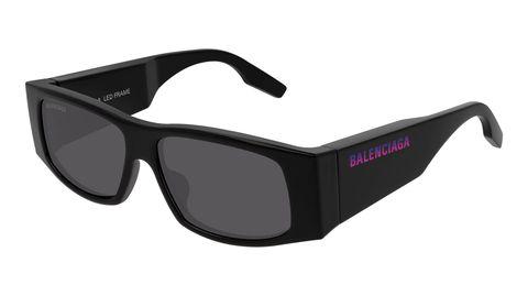Alle sfilate di Parigi primavera estate 2020la collezione diBalenciaga mostra l'accessorio must-have: gli occhiali da sole con scrittaLED in technicolor.