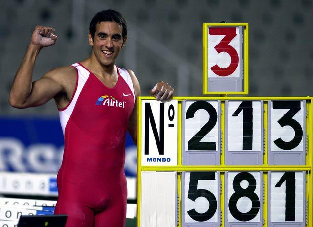 montxu miranda posa con la marca del récord de españa de pértiga en septiembre de 2000