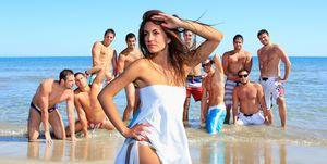 Mooie mensen in zwembroek en bikini op het strand