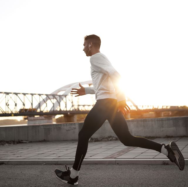man aan het hardlopen in hardlooptights