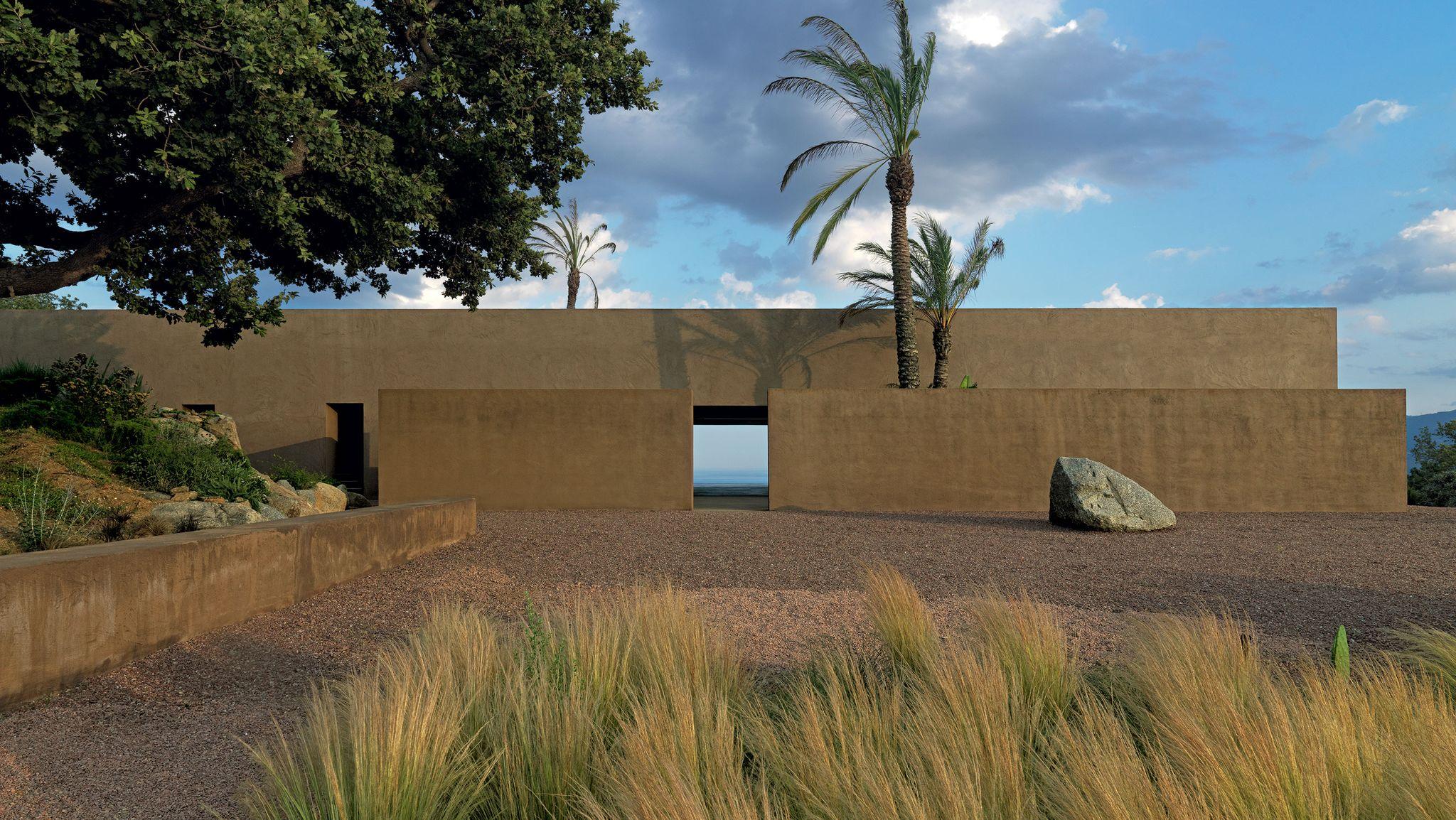 Il warm minimalism di una villa in Calabria da vivere tutto l'anno