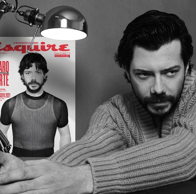 Álvaro morte junto a la portada del numero de marzo de esquire