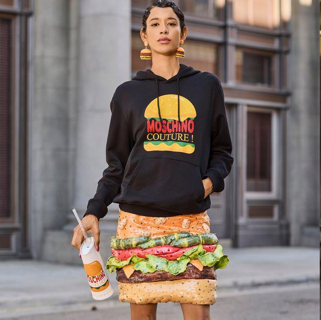 moschino 把漢堡和熱狗變洋裝!2022 最新大秀打造奇幻音樂劇 冰淇淋聖代直接變禮服 你敢穿嗎?