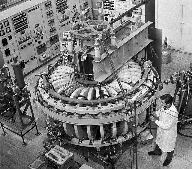 soviet tokamak 6 magnetic confinement device at kurchatov institute, 1970