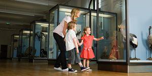 Madre con hijos en un museo