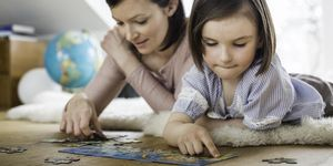 Madre e hija haciendo un puzle