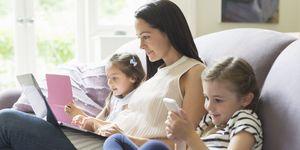 Familia usando móvil