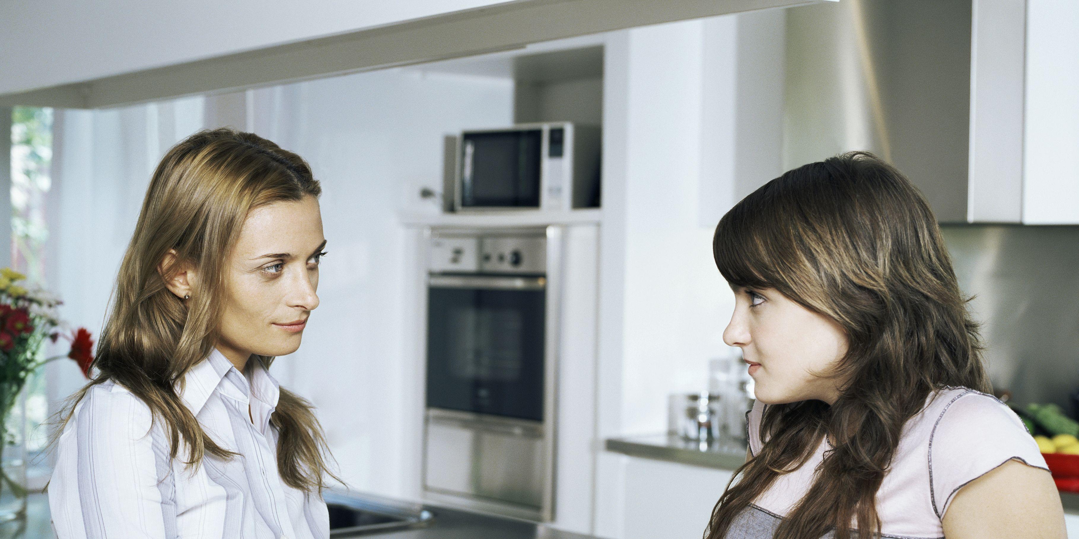 Madre dándole unpreservativo a su hija adolescente