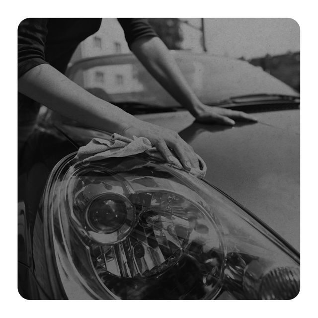 un hombre limpiando el coche