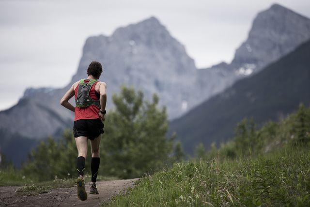 trail runner corriendo por la montaña