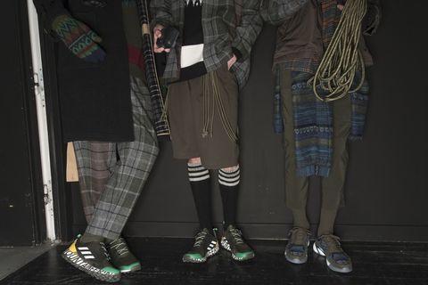 Fashion, Leg, Footwear, Leggings, Shoe, Human leg, Tights, Trousers, Fashion design, Sportswear,