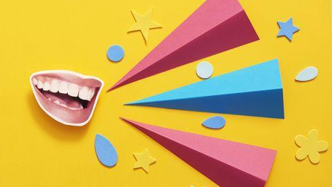 Uitgeknipte foto van een mond tegen een gele achtergrond