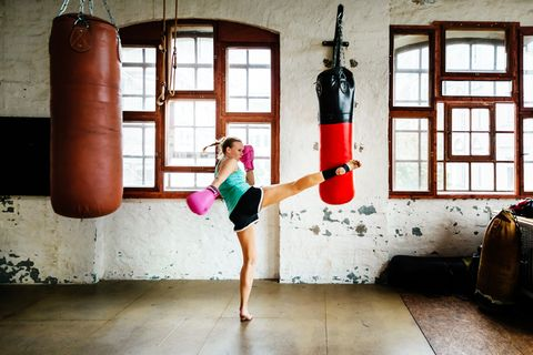 Muay thai boxer durante a sessão de treinamento praticando