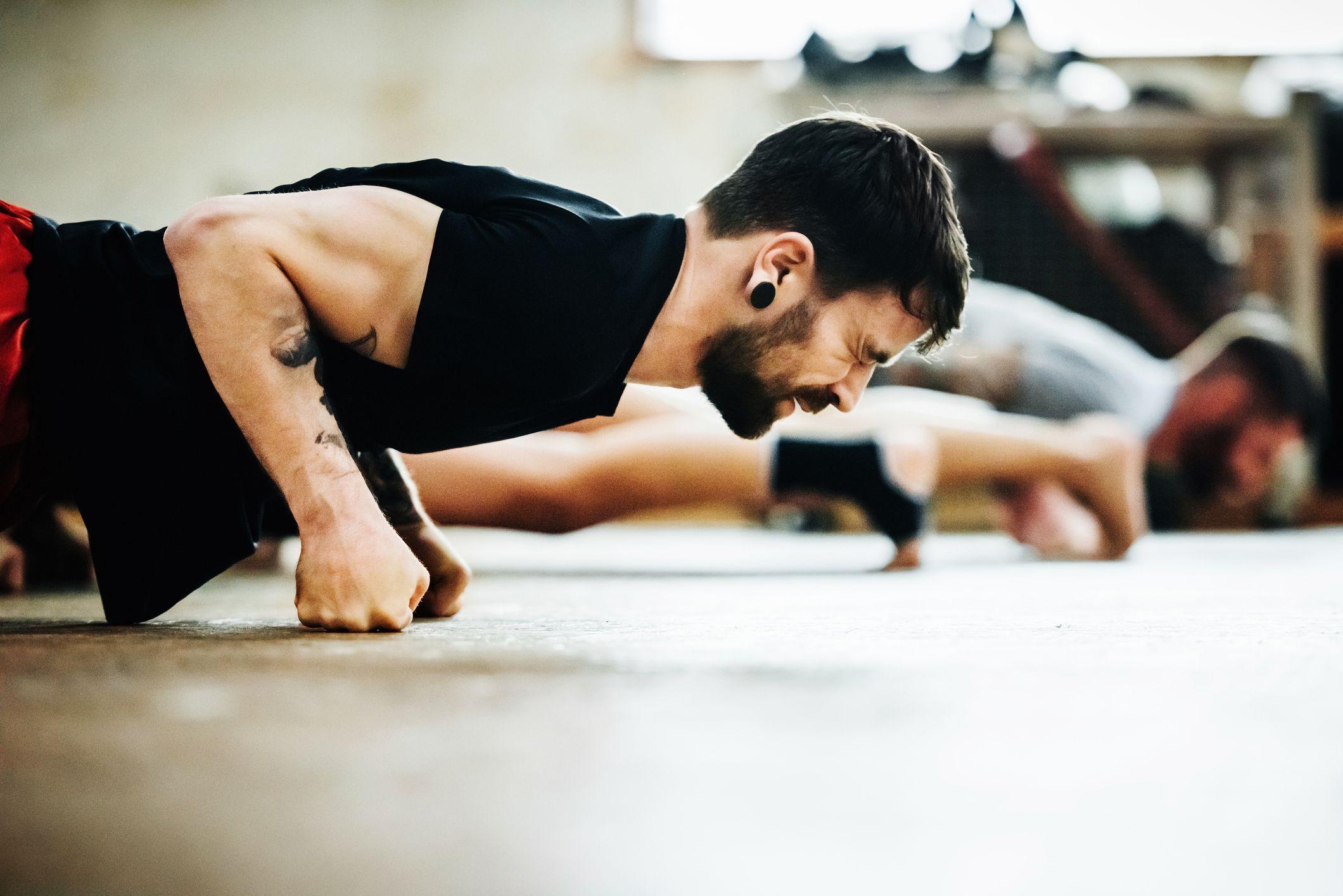 ejercicios para hacer hombros en casa sin pesas