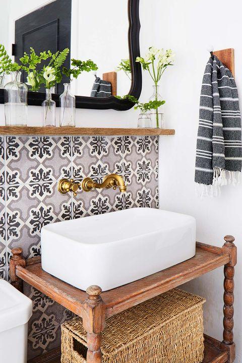 Baño retro con azulejos hidráulicos