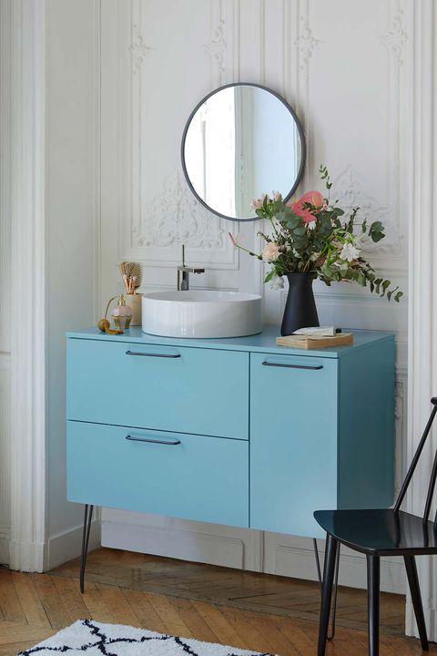 un mueble de baño color azul